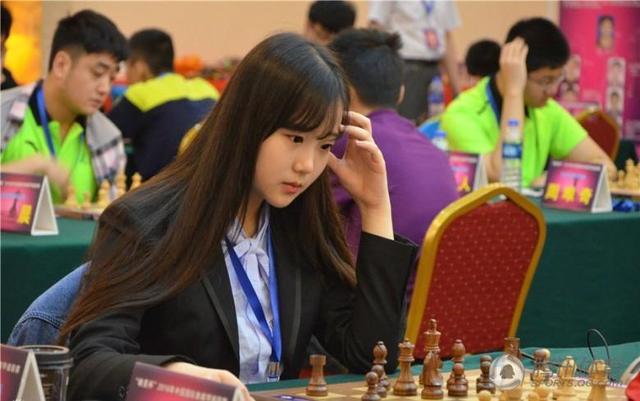 00后国际象棋美少女走红 九头身长腿逆天(图)