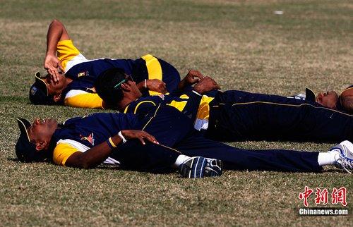亚运赛场内外:斯里兰卡板球队员尽享阳光