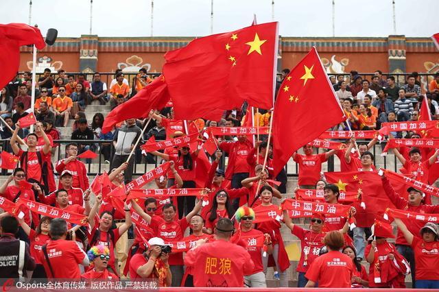 百名中国球迷赴不丹助威国足 佩兰为球迷点赞