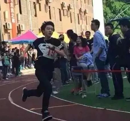 跑400米就瘫软的王俊凯 已成为单板小王子!