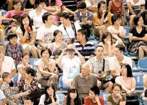 大运会水球赛场依旧火爆 志愿者忙碌无暇观赛