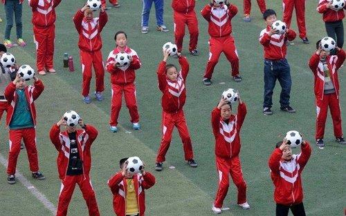 河南景华路实验小学学生做足球操