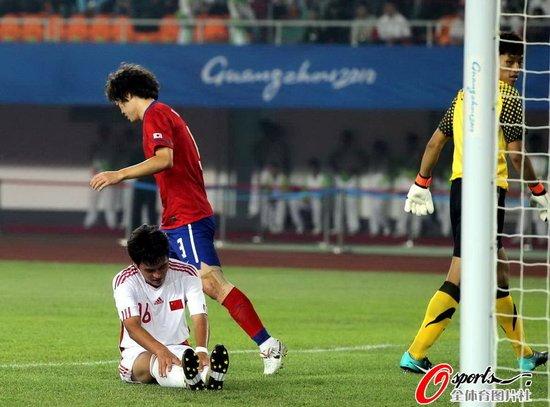 人民网:中国足球手术动的不够