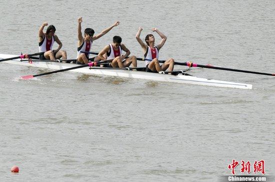 图文:中国香港队夺男子轻量级四人单桨铜牌