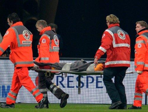 意外:卡亚防守摔倒被踢头部 昏迷不醒直接抬出场外截图
