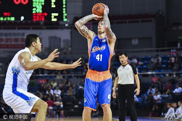CBA季前赛-上海擒肯帝亚夺首胜 明纳拉斯37+7