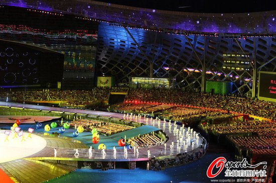 大运会闭幕式:运动员唱主角 演绎青春party