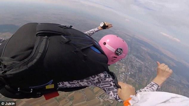 惊险!少年跳伞急速失控 父亲万米高空救子(图)
