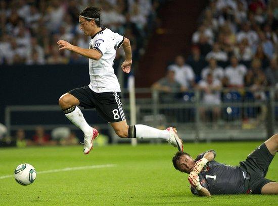 欧预赛-德国6-2出线 厄齐尔2射1传克洛泽建功