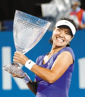 读图时代:李娜捧起的杯具 是冠军的奖杯