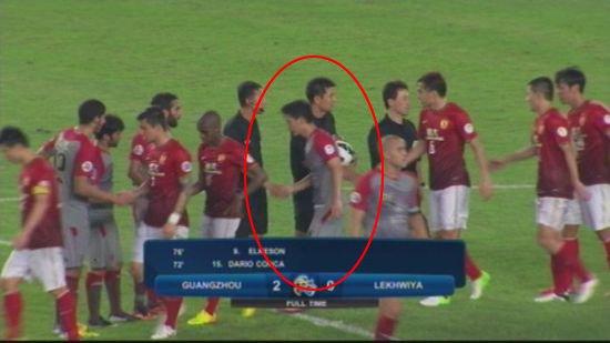 奇葩!莱队韩国外援竟加入恒大队列与队友握手