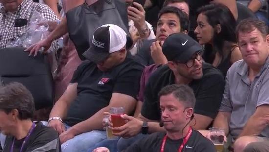 比赛无聊马刺观众竟睡着 球迷:为马努才看