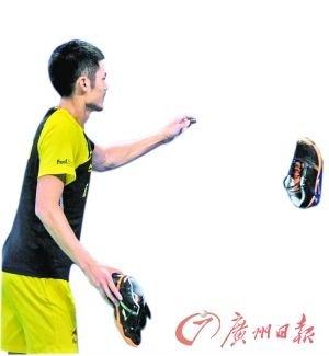 """林丹送球鞋成""""规定动作"""" 称李宗伟1VS3辛苦"""