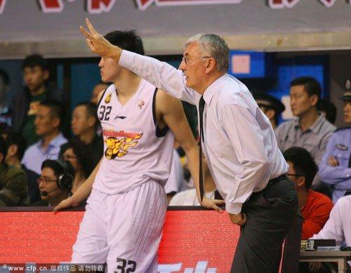 尤纳斯不满广东末节犯错 记者一问题令他愤怒