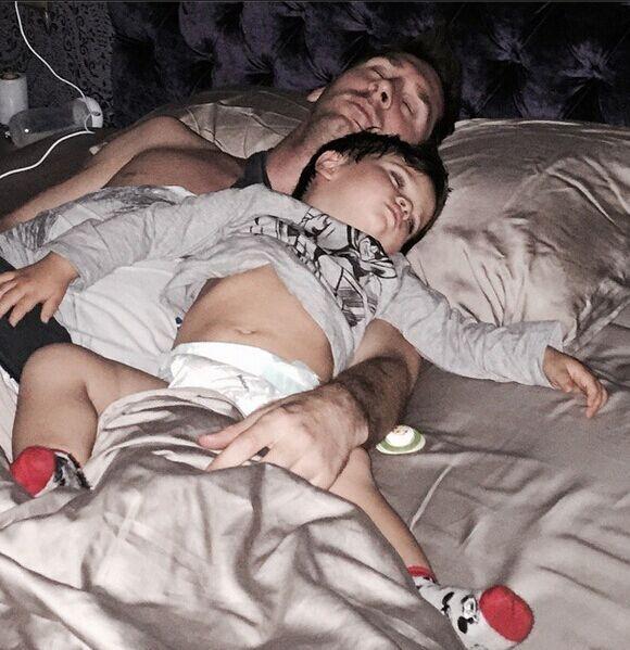 萌翻!梅西晒和爱子午睡照片 蒂亚戈露白肚皮