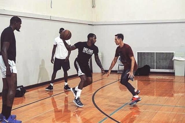 阿杜与篮网俩新星合练 纳什亲自上阵积极防守