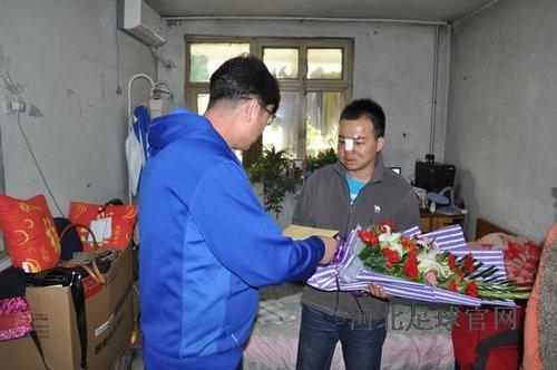 河北省足协及中基俱乐部领导慰问被打球迷(图)