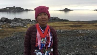 美国70岁奶奶不服老 7天跨越7大洲跑7场马拉松
