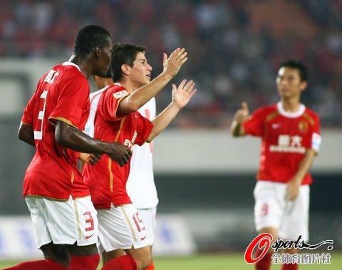 广州4-0青岛18轮不败 孔卡梅开二度郜林建功