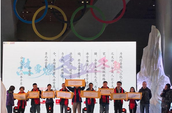 冰雪联盟将首创国内滑雪训练+滑雪比赛的形式,通过科学、合理的硕目规划,逐步开展全国冰雪训练,让更多人感受冰雪运动乐趣的同时,推进冰雪项目的普及、开展,并为冰雪运动培养后备人才。 作为北京奥运会三大主场馆之一的鸟巢,将作为此次冰雪联盟训练营的大本营和举办此次顶级冰雪赛事SNOWONE超级雪大奖赛总决赛的场地。天猫、势至体育将分别作为冰雪联盟线上和线下的活动平台,合力打造人群覆盖最广的冰雪活动。 国家体育场总经理助理李质群表示,联盟将围绕热雪燃冬 助力冬奥的活动主题,强势融入鸟巢、崇礼雪场等奥运元