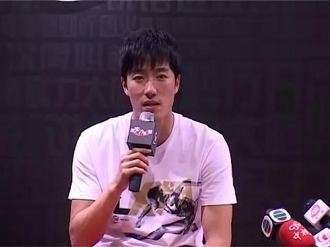 视频:刘翔师徒接受采访 台湾记者逼唱邓丽君