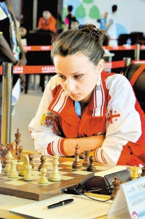 大运会国象赛场美女如云 比赛观众多是小棋迷