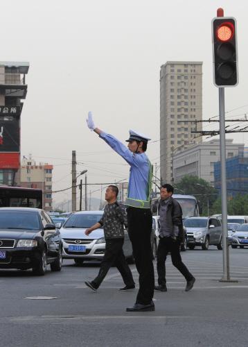 2米03交警指挥交通-2米03篮球运动员当交警 路人围观致交通堵塞