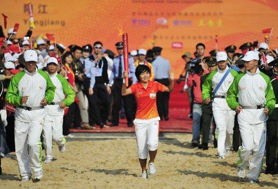 亚运火炬传递阳江站 轮滑世界冠军范楚倩首棒