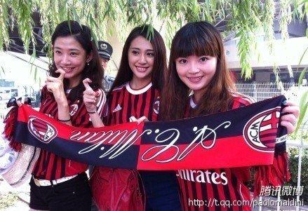 美女球迷助阵意大利超级杯 红黑拥趸豪言6比0