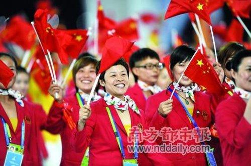 开幕式上,中国代表团成员向观众致意。