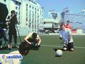 视频:卡西跪地指导训练 小球员如在皇马试训