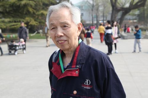 八旬老人完成半程马拉松 奔跑乐趣享受其中