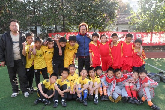 青少年宫小学总结比赛 教练:学生踢球很快乐
