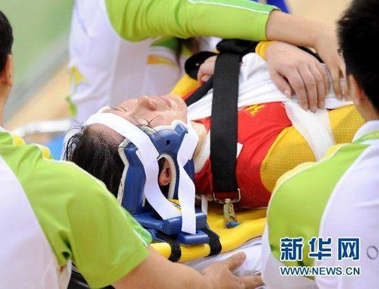 自行车赛场连环相撞:7人翻车 中国选手重伤