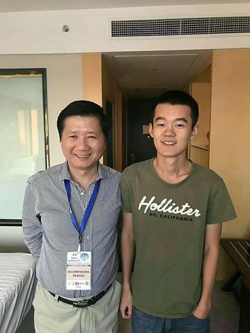 丁立人(右)和中国男队教练徐俊。