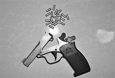 体育老师持发令枪夜抢三加油站 因赌博欠万元