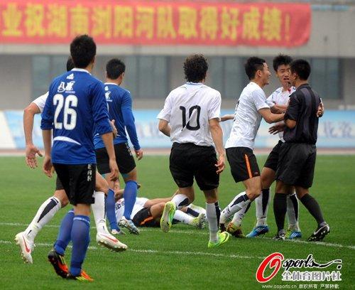 吹掉进球主裁被禁5场 湘涛队医停3场罚款1万5