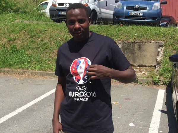 迪亚是从苏丹逃到法国的,他的衣服是志愿者为难民们准备的小礼物
