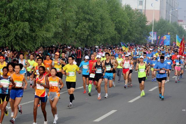 千余名马拉松选手角逐康巴诺尔 含迷你马拉松