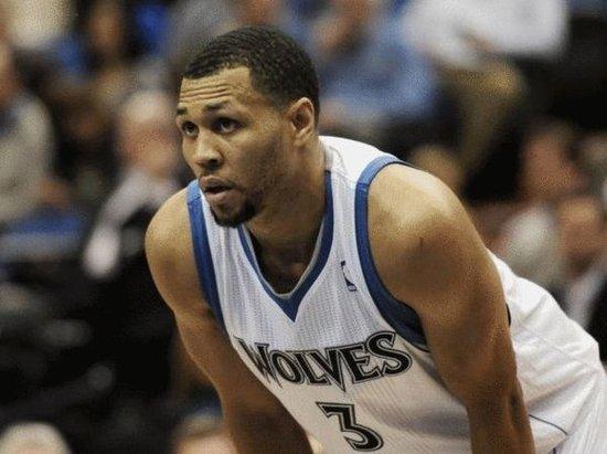 森林狼队的篮球运营总裁菲利普-桑德斯表示希望罗伊和他的家人在接图片