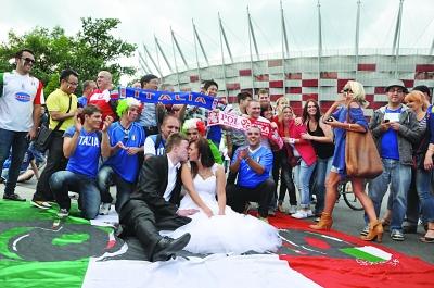 欧洲杯再催生爱情 一对新人拍摄浪漫球场婚纱