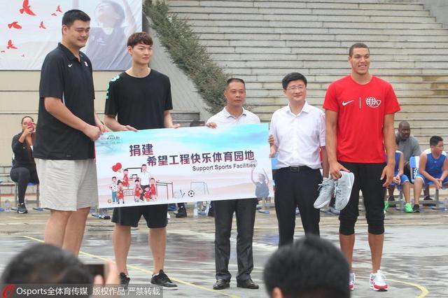 姚明携众星访受灾小学 为小球员上篮球训练课
