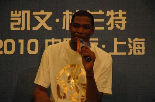 杜兰特抵达上海
