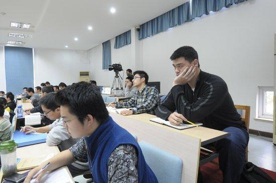 姚明大学读书遇尴尬 讲课教授竟是他高中同学