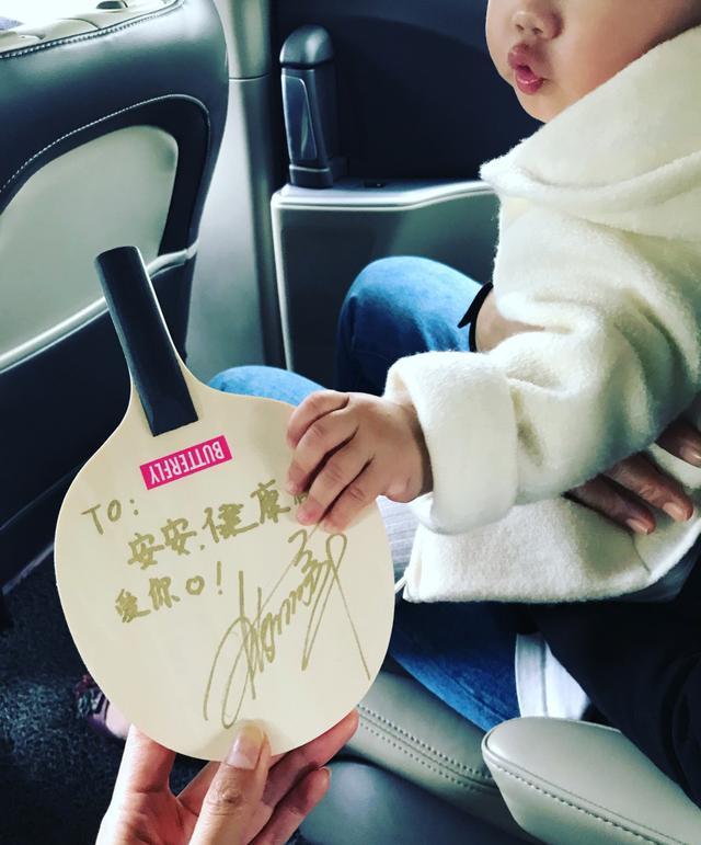 陈赫晒女儿手拿张继科签名球拍照 为张继科加油