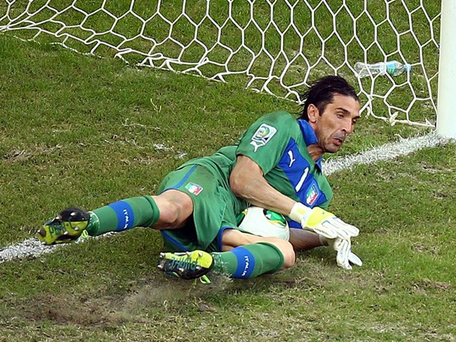全场集锦:卡瓦尼两球 布冯3扑点球助意大利胜截图