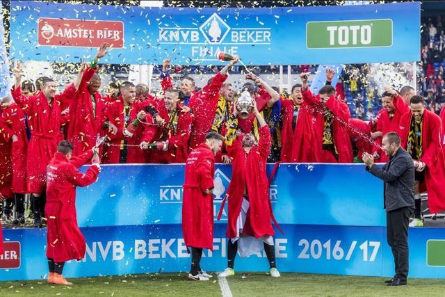 加冕!中国国脚张玉宁跟随维特斯夺荷兰杯冠军