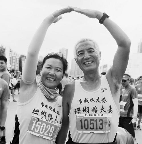 老两口七年征服46场马拉松 目标金婚前完赛100场