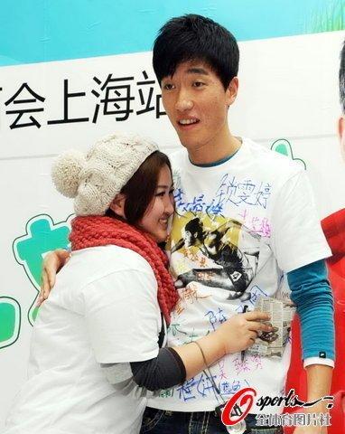 刘翔微博见面会高歌三曲 与幸运粉丝亲密互动