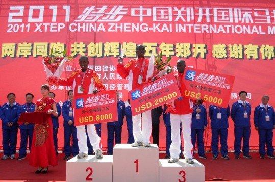2011郑开国际马拉松开跑 特步闪耀中原赛道
